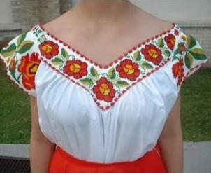 Blusa poblana, bordada con chaquira con diseño de flores.